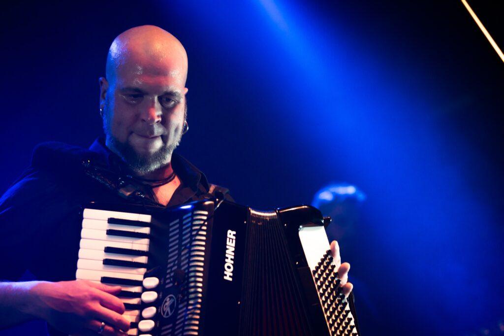 Thomas Lindner von Schandmaul mit dem Akkordeon