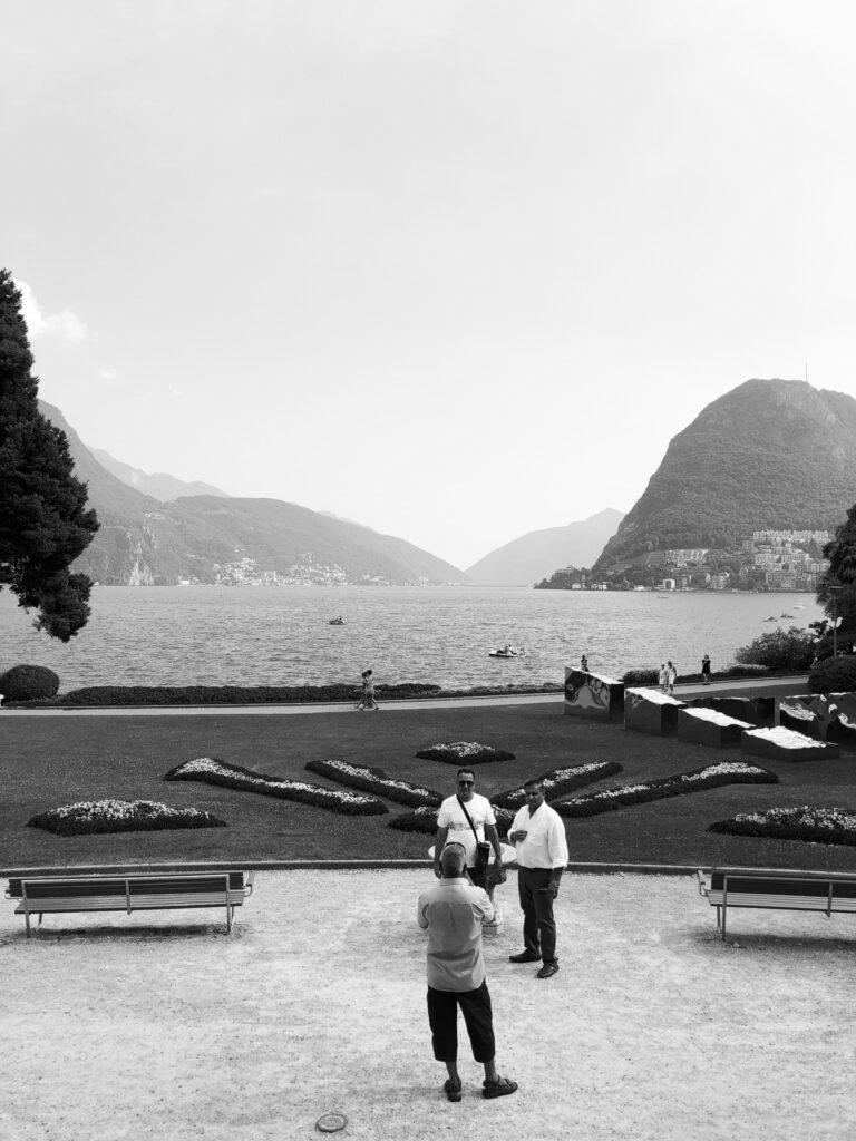 Touristen schiessen im Parco Ciani, Lugano, Erinnerungsfotos