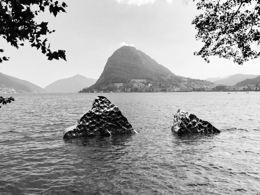 Kunst im Wasser beim Parco Ciani, wo das ROAM Festival stattfindet