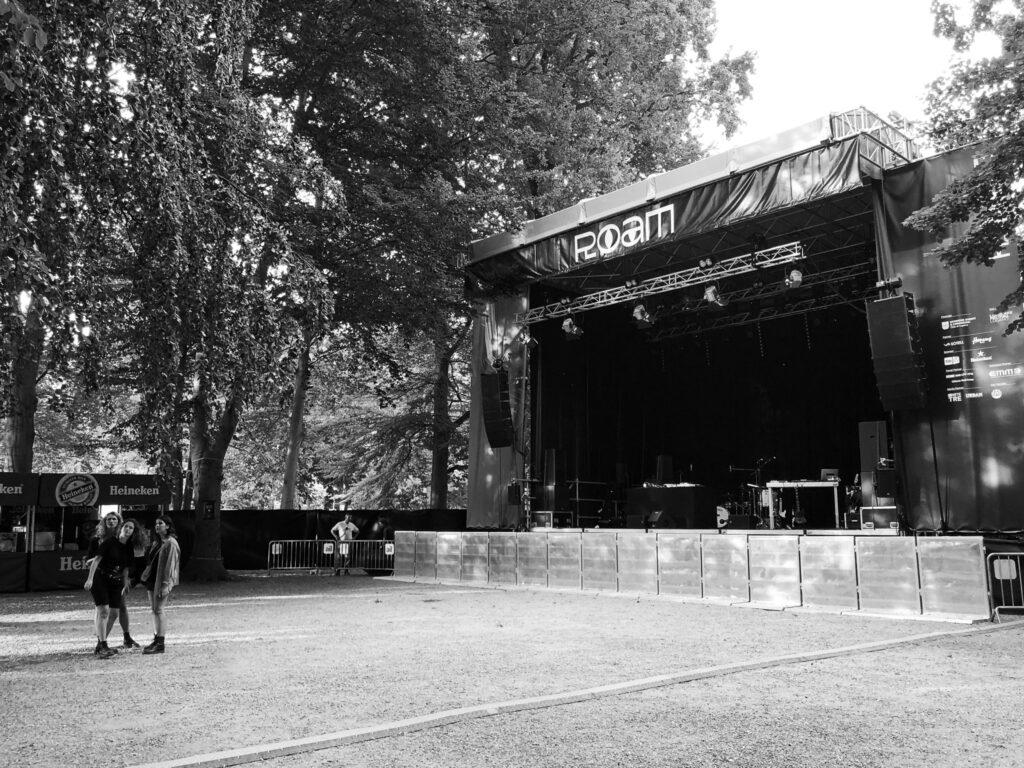 Leerer Platz vor der Bühne am ROAM Festival