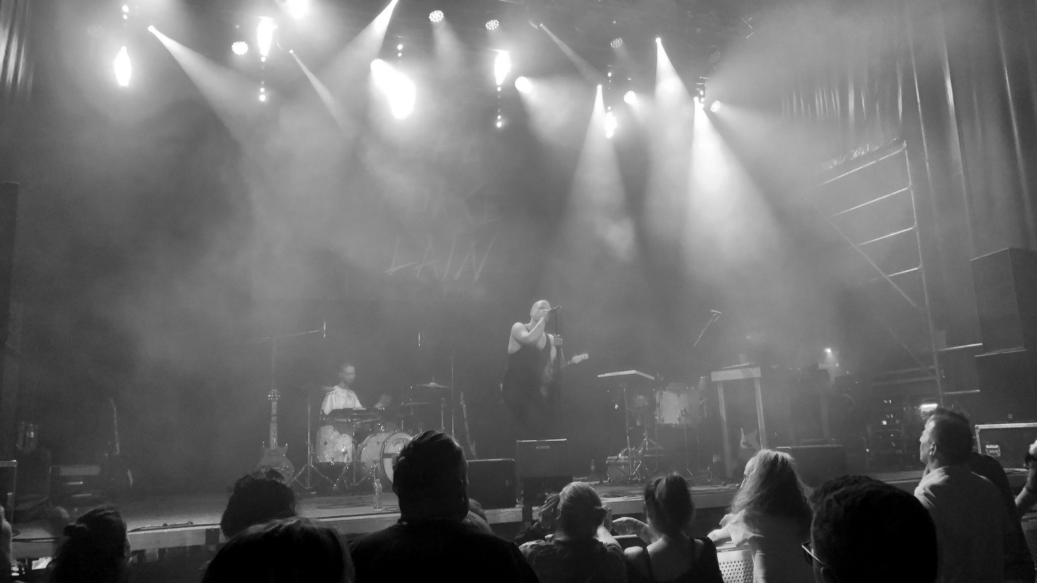 Lea Porcelain auf der Bühne am ROAM Festival