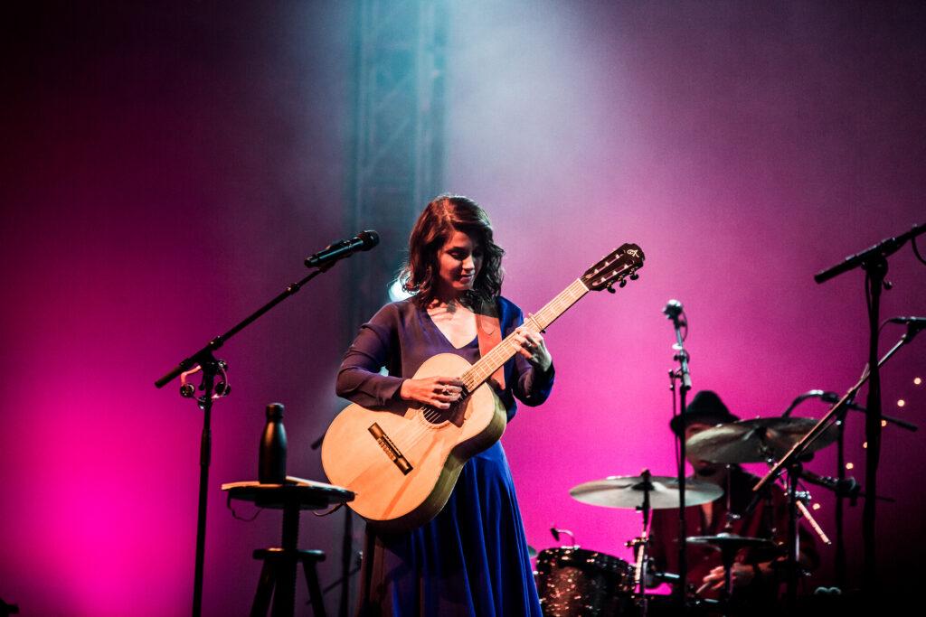 Katie Melua mit Gitarre auf der Bühne am Blue Balls