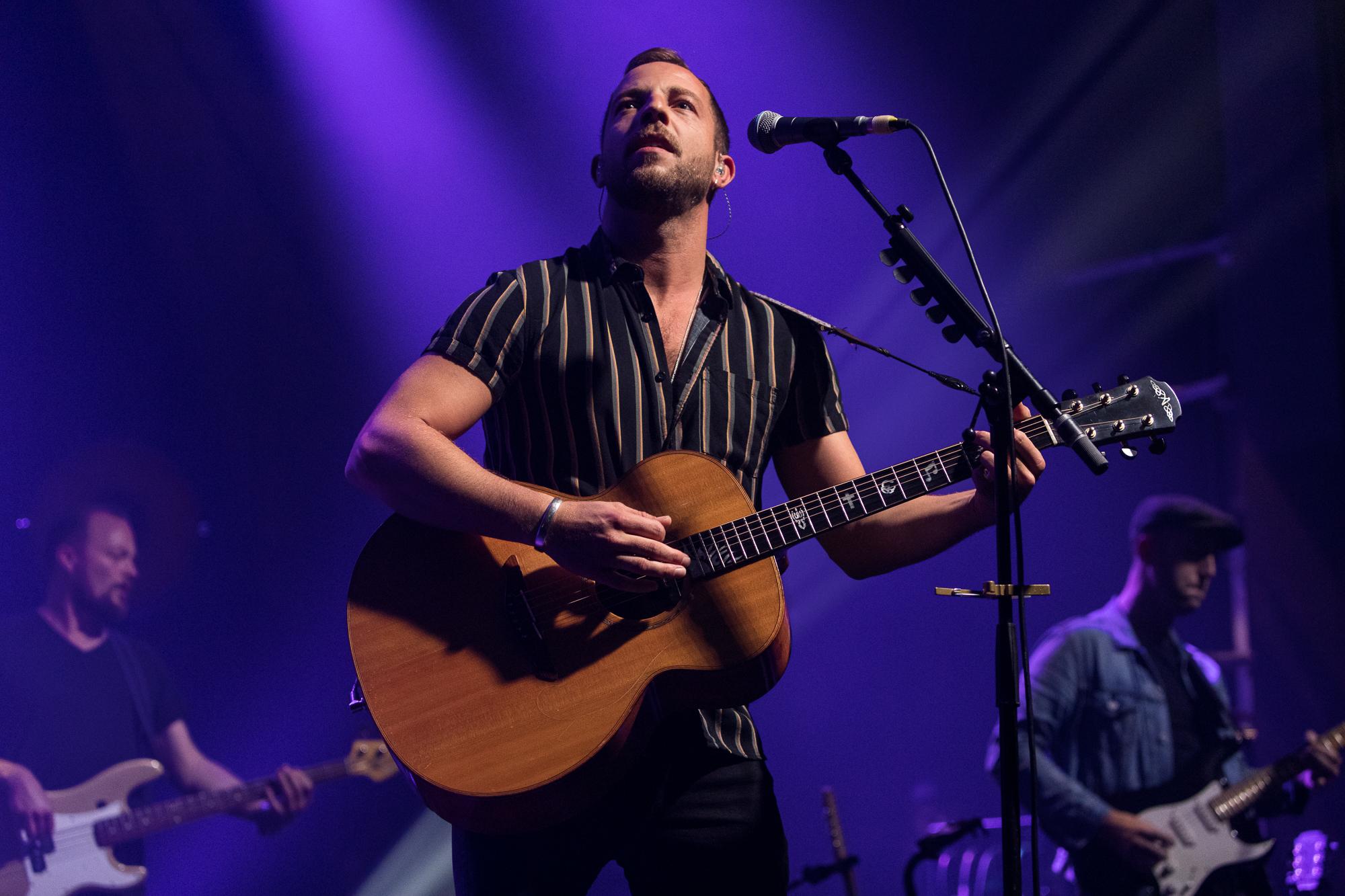 James Morrison mit Gitarre im Volkshaus Zürich.